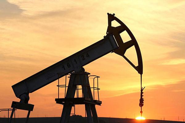 أسعار النفط تهبط لليوم الثالث متأثرة بزيادة المخزونات