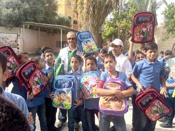 الهلال الأحمر الكويتي يوزع حقائب مدرسية على أطفال غزة
