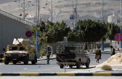 اليمن تسقط.. اشتباكات شرسة قرب منزل الرئيس ونجاة وزير الدفاع من اغتيال