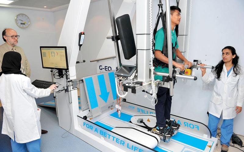 يوفره «دبي للعلاج الطبيعي».. روبوت يساعد «المقعدين» على الوقوف والمشي