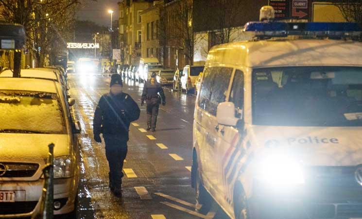 قوات بلجيكية مدعومة بالمروحيات تداهم منازل في حي للمسلمين في بروكسل