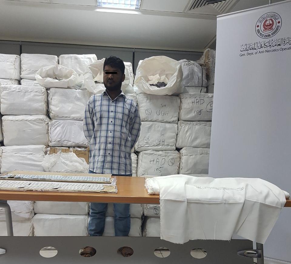 دبي.. الإطاحة بمهرب بحوزته أكثر من 300 كيلو حبوب مخدر