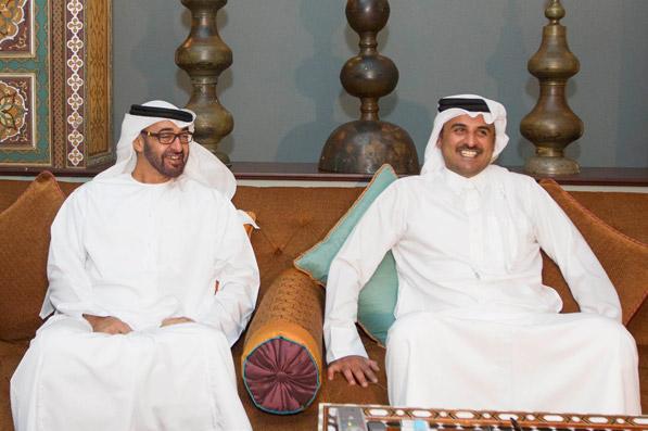 مفكر سياسي فرنسي: ماكرون سيستقبل محمد بن زايد وأمير قطر لإطفاء الحرائق