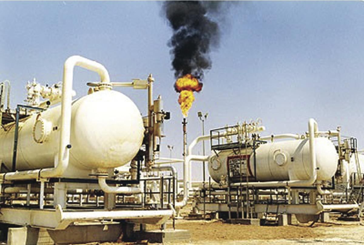 النفط الخام يتراجع مجدداً تحت ضغط قوة الدولار ووفرة المخزونات