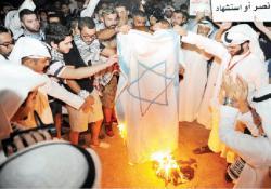 متظاهرون في الكويت يحرقون علم إسرائيل تضامنا مع غزة
