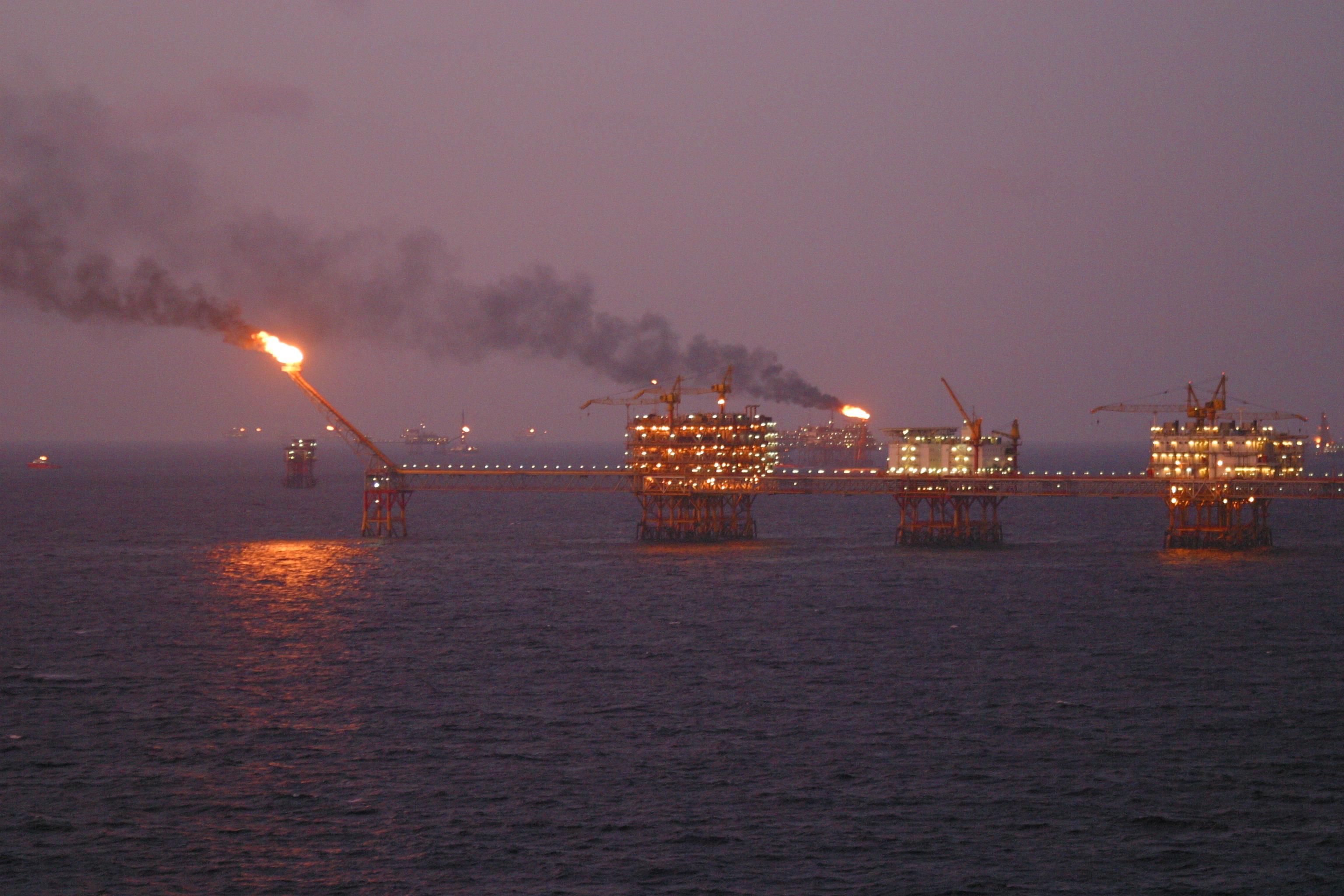 أسعار النفط ترتفع عالميا نتيجة هبوط الدولار