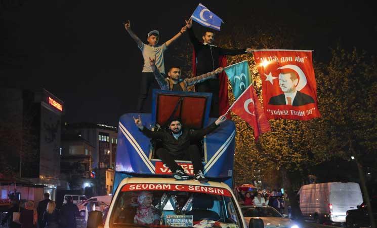 """الاتحاد الأوروبي يحض تركيا على السعي إلى """"توافق وطني"""" بعد الاستفتاء"""