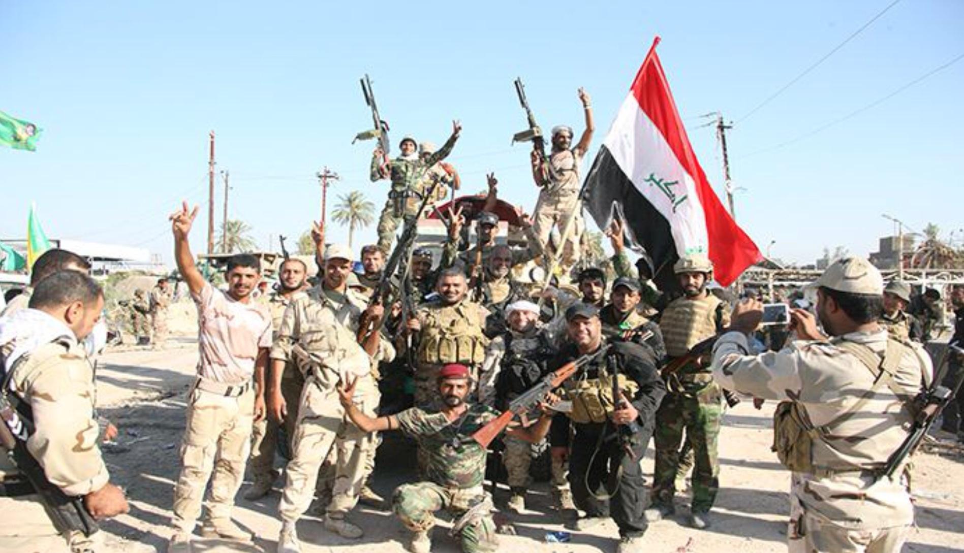 العراق يضم قوات الحشد الشعبي رسميا إلى الجيش