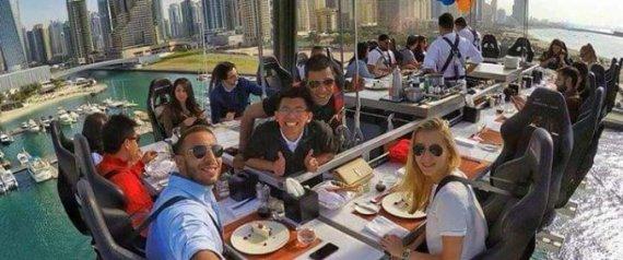 مطعم في دبي يمنحك وجبة على طاولة بين السماء والأرض