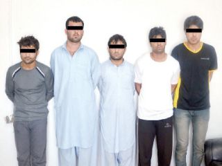 القبض على عصابة سرقت نصف مليون درهم من عملاء البنوك بالشارقة