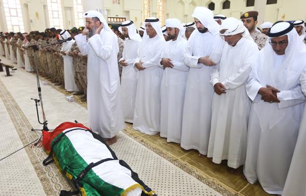 حاكم رأس الخيمة يؤدي صلاة الجنازة على جثمان الشهيد حسن البشر