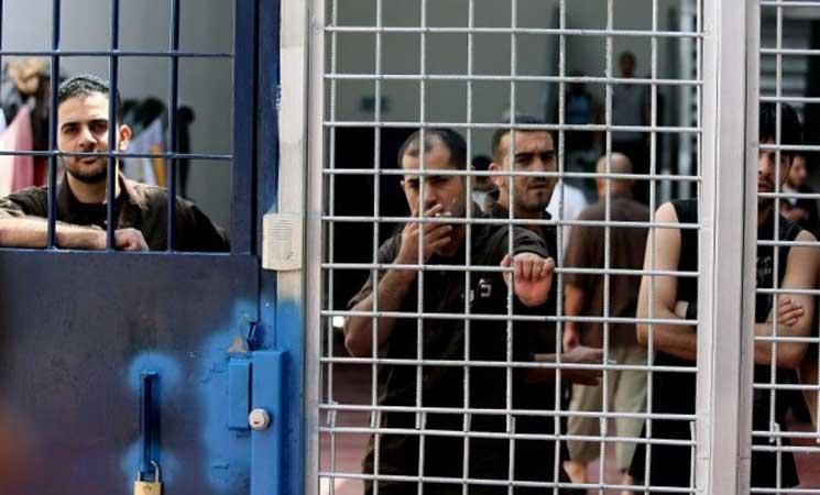 المعتقلون الفلسطينيون في سجون إسرائيل يبدأون إضرابا مفتوحا عن الطعام