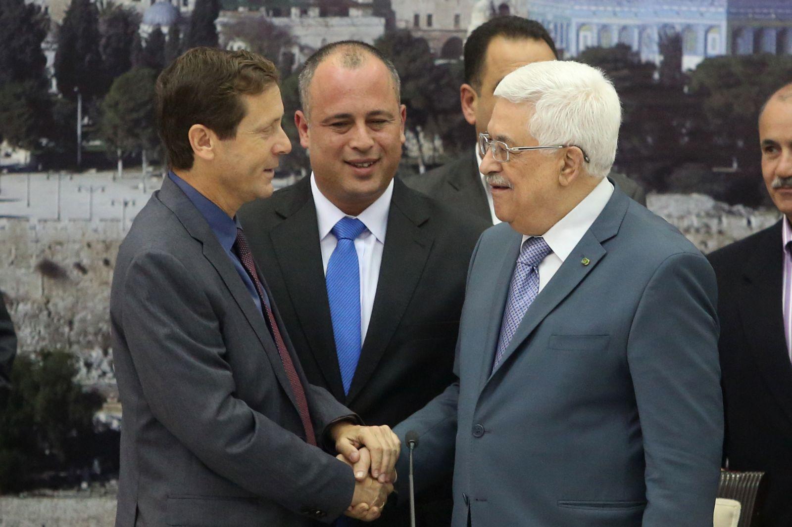 التلفزيون الإسرائيلي يكشف منح عباس السيادة على حائط البراق لتل أبيب