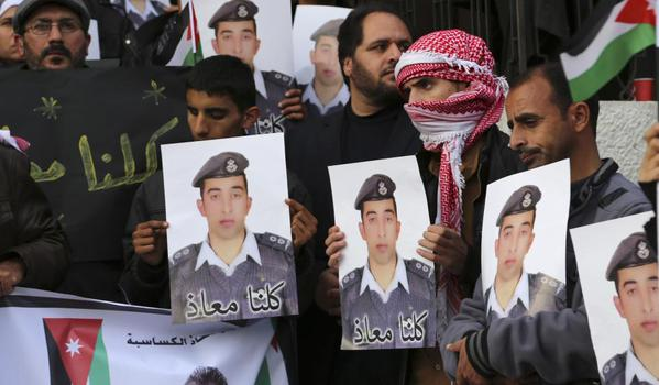 عشيرة الكساسبة: تنظيم الدولة هدد بقتل معاذ ونشر صوره غدا