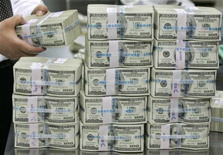 الدولار يتراجع أمام العملات الرئيسية