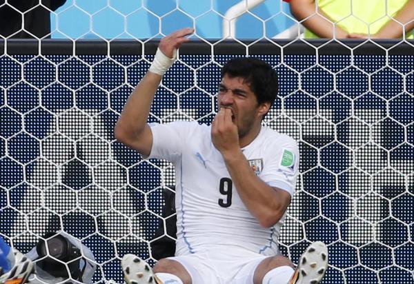 الفيفا يوقف سواريز 9مباريات ويمنعه من أي نشاط رياضي 4 أشهر