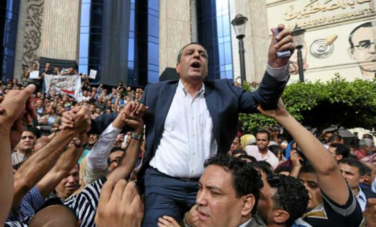 الحكم بحبس نقيب الصحافيين المصريين واثنين من أعضاء مجلس النقابة لعامين