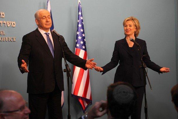كلينتون تتعهد بالعمل بقوة لضمان تفوق إسرائيل عسكريا واستراتيجيا