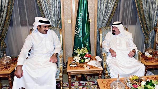 أمير قطر يهاتف العاهل السعودي لبحث المستجدات