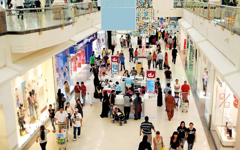 مستهلكون: تراجع منافذ بيع عن تحمّل الضريبة «تضليل» بهدف التسويق