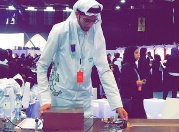 طالب من جامعة الشارقة يبتكر جهازاً لمنع الحوادث أثناء الضباب والأمطار
