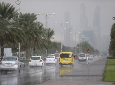 أبوظبي.. تحذيرات بضرورة أخذ الحيطة والحذر بسبب الأمطار والغبار